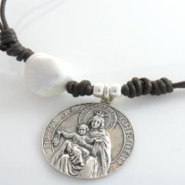 Collares de cuero Virgen del Carmen
